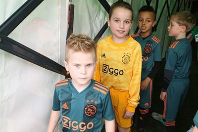 Deze stoere man staat vooraan, dus dan weet je het wel... © Ajax Kids Club
