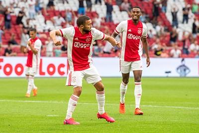 Het is leuk om Labyad eens te zien juichen in het shirt van Ajax! © Pro Shots