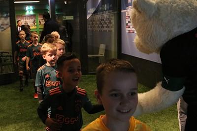 Lucky was er niet, maar een handje van mascotte Groby is ook leuk. © Ajax Kids Club