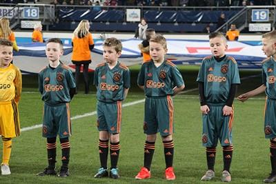 Keurig op een rijtje, wachtend op dingen die komen gaan. © Ajax Kids Club