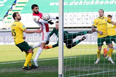 Ajax weer langszij? Nee, de arm van Labyad maakt dat dit doelpunt niet doorgaat. © Pro Shots