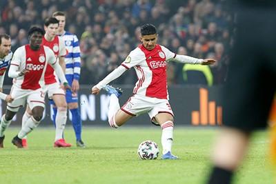 Zestien jaar en je eerste doelpunt maken in Ajax 1. Ünüvar doet dat hier. © De Brouwer