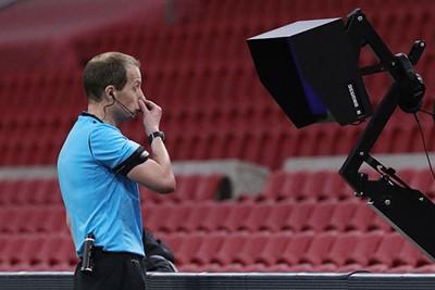 De arbiter liet het gaan, maar na een VAR-ingreep gaat de bal op de stip. © Pro Shots