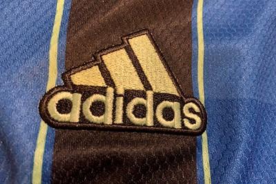 Rondom het Adidas-logo en de drie sterren is een stevige zwarte rand aangebracht. © Ajax Life