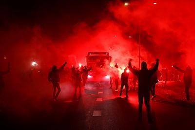 En daar, ergens tussen het vuur en rook komt de bus aanrijden. © De Brouwer