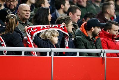Zo, die heeft een mooi plekje uitgezocht om Ajax aan te moedigen! © De Brouwer
