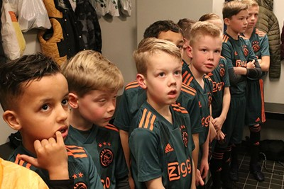 Kijk de spanning op die koppies. Snappen we best hoor! © Ajax Kids Club