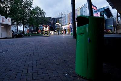 De prullenbak is gewoon netjes, maar hoort uit te puilen. © De Brouwer