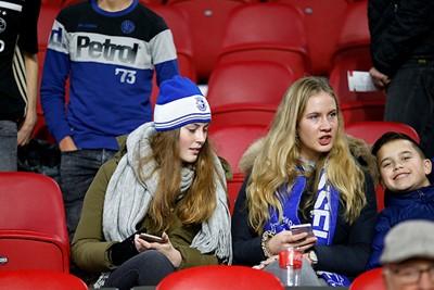 Overal waar je kijkt, zie je supporters van Spakenburg. Ook op de thuisvakken, tof! © De Brouwer
