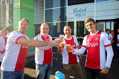 Met je maatjes naar Ajax. Zonnetje op je knar, biertje in je hand. Prima! © De Brouwer