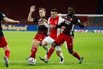 En ondertussen loopt Ajax steeds vaker en sneller vast... © De Brouwer