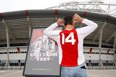 Wij vonden dit een uitstekende outfit voor een Ajaxuitreiking! © De Brouwer