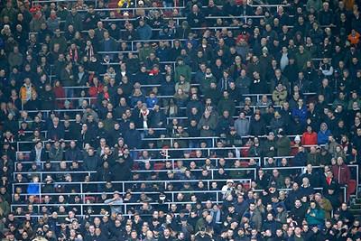Ajax oogt apathisch en zonder inspiratie. Lamlendig zelfs. Dat slaat over... © De Brouwer