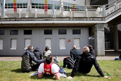 De loketten blijven dicht. De stadionpoorten ook. © De Brouwer