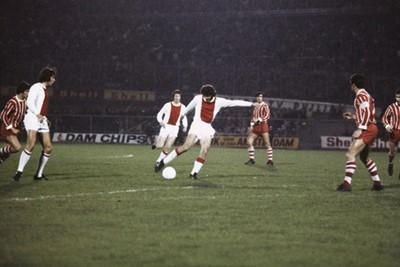 Berucht: zijn harde schot op randje zestien meter. © SV Ajax / Guus de Jong