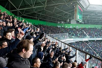Het uitvak beseft al voor de aftrap dat Ajax vandaag veel steun nodig zal hebben... © De Brouwer