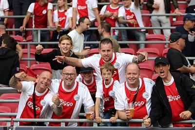 De dresscode wordt ook in het stadion uitstekend aangenomen. © De Brouwer