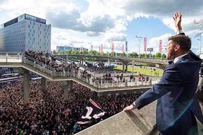 Huntelaar moet een liedje zingen en krijgt de meute mee! © Ajax Images