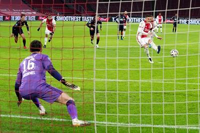 Tadic mag alsnog aanleggen vanaf elf meter en brengt Ajax langszij! © Pro Shots