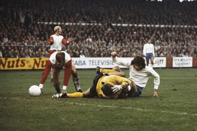 Een botsing met Hulshoff, voor niemand fijn. © SV Ajax / Guus de Jong