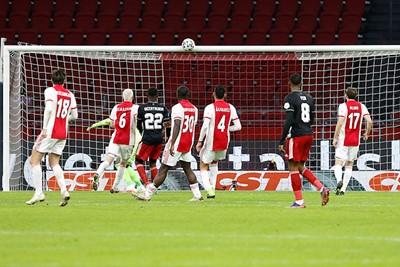 Ajax verliest latjetrap, maar wint de klassieker. © De Brouwer