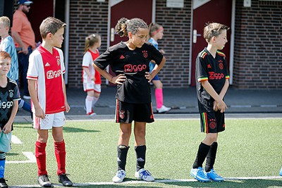 Het rastashirt van Ajax is ook bij de kinderen populair. © De Brouwer