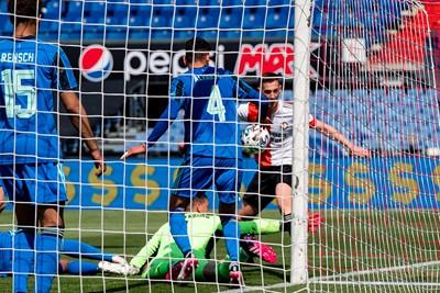 Maar dan ontstaat er ineens een soort flipperkastsituatie en belandt de bal op de schouder van Álvarez. © Pro Shots