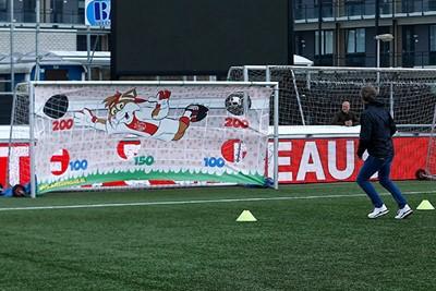 Van der Sar laat zien nog prima te kunnen mikken! © De Brouwer
