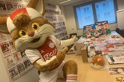 Een flinke tafel vol en dan is hier de uitpuilende mailbox niet zichtbaar... © Ajax Kids Club
