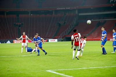 Komt die bal... hangen! © De Brouwer
