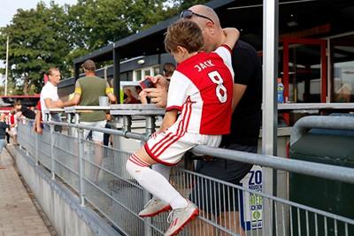 Jack krijgt nog wat voetbaltips van pa! © De Brouwer