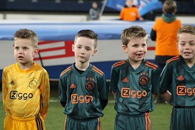 Kijk die guitige koppies. Worden we blij van! © Ajax Kids Club
