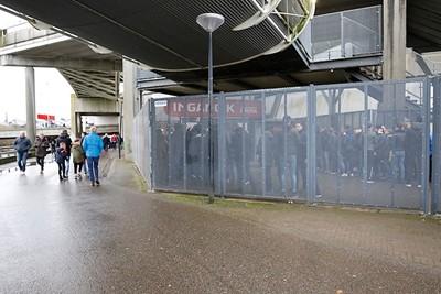 Thuissupporters versus uitfans, treffende foto wel! © De Brouwer