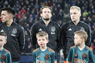 Blind en Van de Beek weten dat er gewonnen moet worden. © Ajax Kids Club
