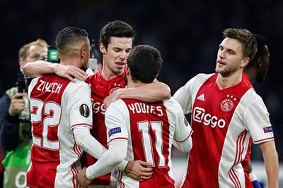 2016/17: De strepen verhuizen voor het eerst naar zijkant shirt. © AFC Ajax