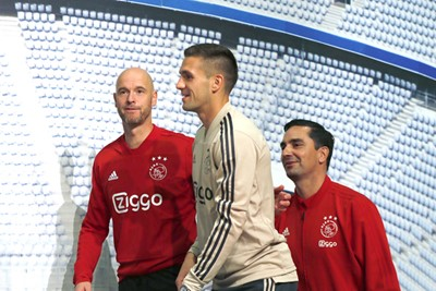 MUNCHEN, 01-10-2018, Allianz Arena, season 2018 / 2019, Champions League football. Dusan Tadic and Erik ten Hag and Miel Brinkhuis in Munchen in preparation of the game against Bayern.