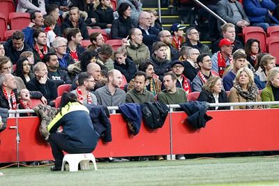 Vandaag is het een keertje niet zo erg om met je rug naar het veld toe te zitten... © De Brouwer