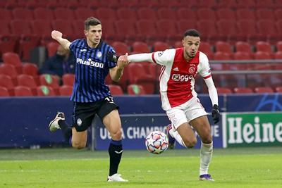 Ajax probeert het wel, maar Atalanta bepaalt waar wordt gedribbeld. © De Brouwer
