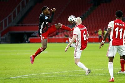 Dit ziet er mooi uit, maar mooi is het spel van Ajax allang niet meer. © De Brouwer
