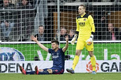In de eerste helft kreeg Ajax geen penalty, nu wel. Zo gaan die dingen!