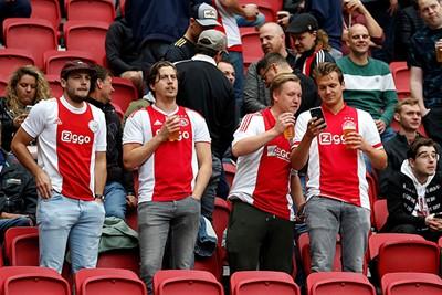 Ajax is ook met je maten een fijne dag hebben. © De Brouwer