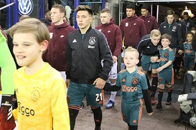 Met strijder Martínez het veld op. Ja, dat is best stoer. © Ajax Kids Club