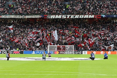 Champions League-vlag present, maar mooier vlagvertoon aan de overkant. © De Brouwer