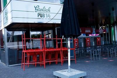 Weggeborgen tafels en stoelen, rode lichten, de Burger Bitch dicht... © De Brouwer