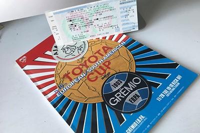 Het wedstrijdkaartje en het programmaboekje. Voor de verzamelaar! © Ajax Images