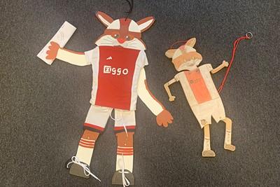 Twee supertoffe en van hout gemaakte Lucky trekpoppen. Knap hoor! © Ajax Kids Club