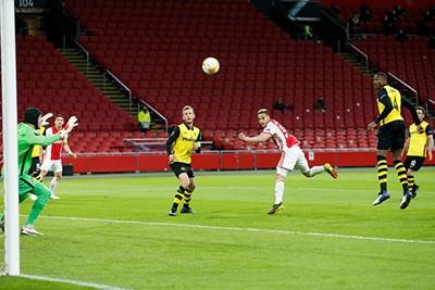 Naast. Deze was lastiger, maar Ajax schiet gretig uit de startblokken. © De Brouwer