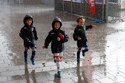 Ajax Kids Clubleden laten zich niet tegenhouden door regen. © De Brouwer