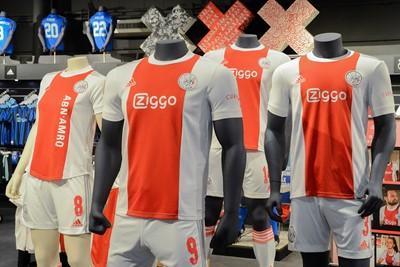 En zo zien de shirts eruit op de paspop. © Ajax Life