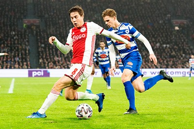 AMSTERDAM, 22-01-2020 JohanCruyff Arena , KNVB Beker,  Football season 2019 / 2020 . Ajax player Donny van de Beek  and SV Spakenburg player Youri Koelewijn during the match Ajax - Spakenburg